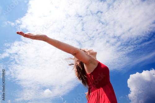 Fotografie, Obraz  chica con los brazos abiertos al cielo