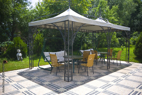 Staande foto Muziekwinkel Garden with tent and garden furniture