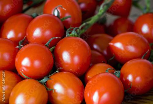 Małe czerwone pomidorki na stole