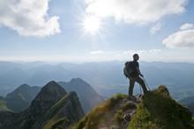 Mann Steht Am Gipfel