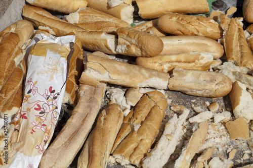 Fotografie, Obraz  gaspillage de pains secs baguettes jeter dans la rue