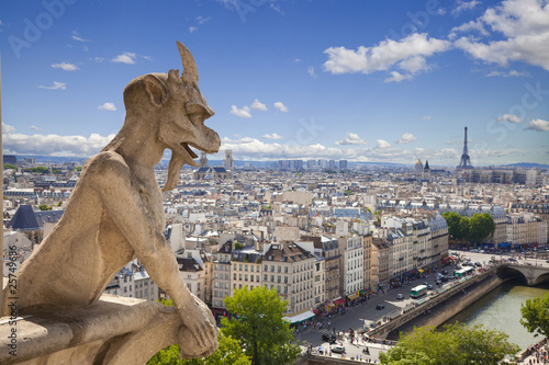 Papiers peints Paris Notre Dame: Chimera (demon) overlooking the Eiffel Tower