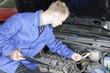 Automechaniker prüft ein Fahrzeug Motorraum