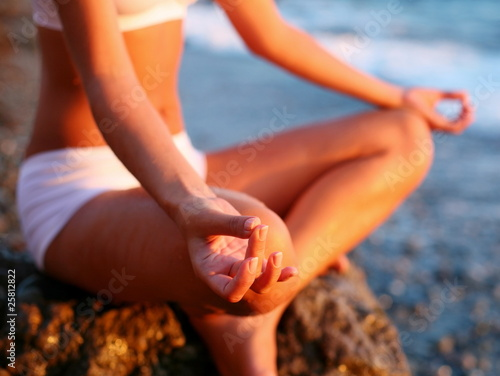 Keuken foto achterwand Ontspanning body of a beautiful girl in a meditation on the beach