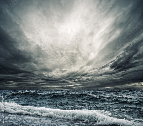 Foto auf Leinwand Wasser Big ocean wave breaking the shore