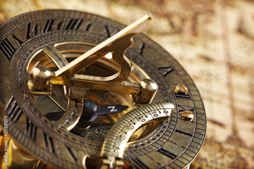 In de dag Wereldkaart Antique brass compass and sundial