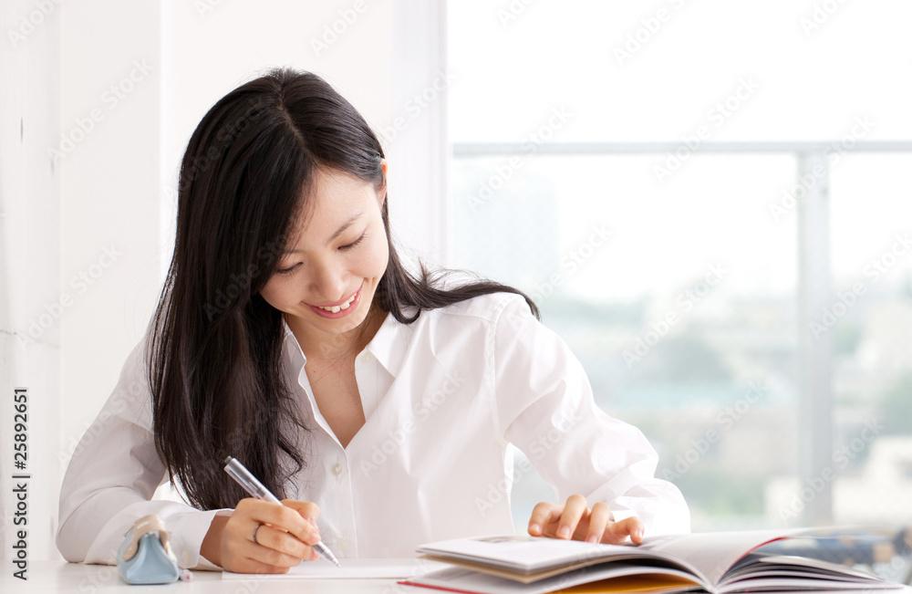 Fototapeta 勉強する若い女性
