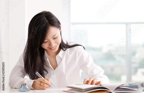 Fotografie, Obraz  勉強する若い女性