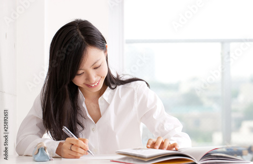 Fotografía  勉強する若い女性