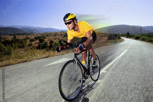 Papiers peints Cyclisme Cyclist riding a bike on an open road