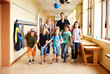 canvas print picture - Grundschüler auf Flur
