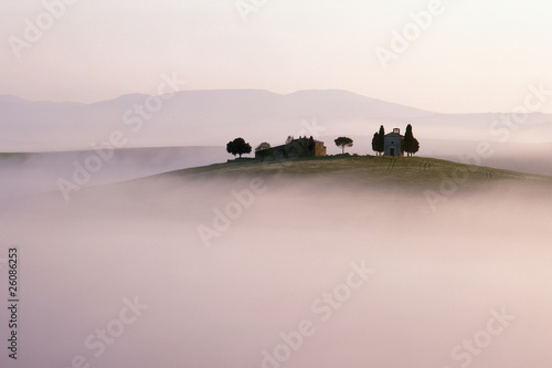 Naklejki krajobraz wzgorza-krajobraz-tuscany-w-ranek-mgle