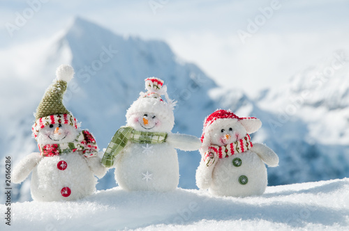 Photo  Happy snowmans in mountain