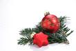 rote Christbaumkugel auf Tannenzweig isoliert auf weiß