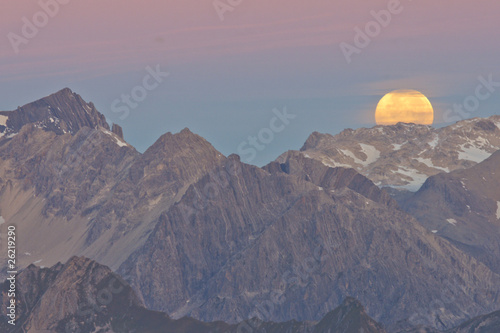Photo Stands Full moon Monduntergang in den Alpen