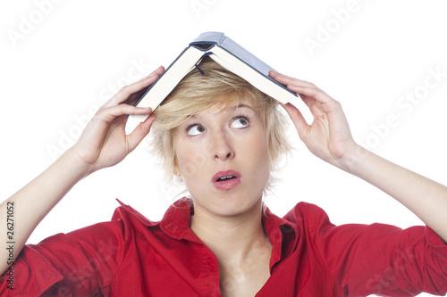 Foto  jeune femme couverte par un livre