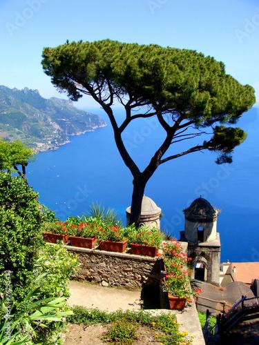 amalfi-wybrzeza-widok-od-cliffside-miasteczka-ravello-wlochy