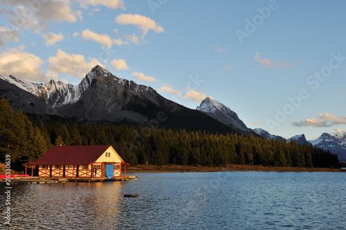 The Boathouse at Maligne Lake at Sunset, Jasper Fototapete