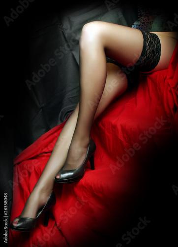 piekne-szczuple-nogi-w-czarnych-nylonach-na-czerwonym-tle