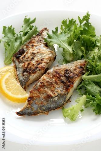 Valokuva fried flounder with lemon and lettuce