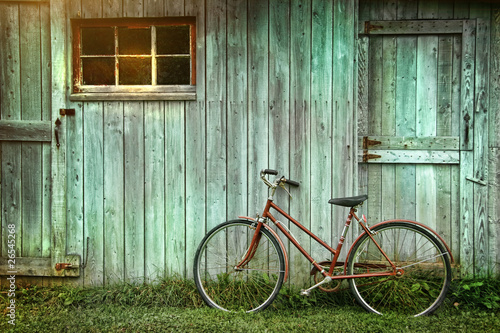 Foto op Plexiglas Fiets Old bicycle leaning against grungy barn