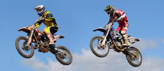 dwa skoki w konkursie motocrossowym