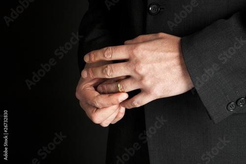 Fényképezés Untreue - Mann nimmt seinen goldenen Ehering ab