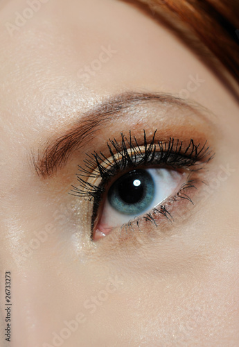 Foto op Plexiglas Beauty Beautiful macro shot of blue eye with long lashes and make-up in