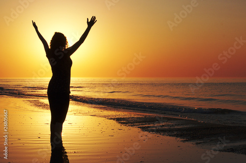 Fotografia, Obraz Woman with open arms at the sunset