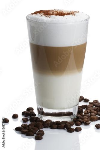latte macchiato mit schokopulver und kaffeebohnen #26877083