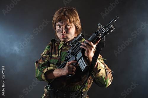 Valokuva  soldier holding a weapon