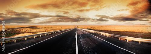 panorama drogi w zachmurzony dzień