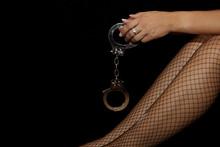 Frauenhand Mit Handschellen Un...