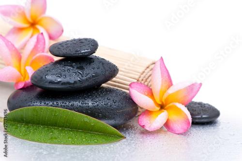 koncepcja-relaksu-i-spa-kwiaty-frangipani-i-kamienie-zen