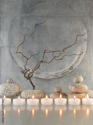 Photo  Gesteck mit Zweigen, Steinen und Kerzen