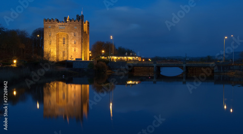 Foto auf Leinwand Schloss beautiful night time irish castle by water