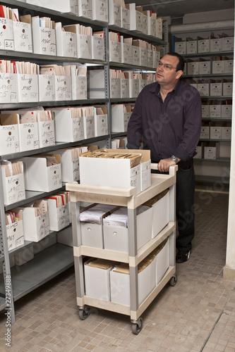 Photo archiviste au travail,