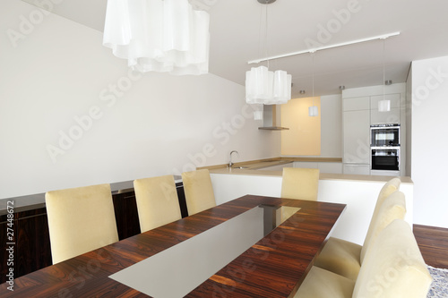 interno di sala da pranzo moderna con cucina aperta adiacente ...