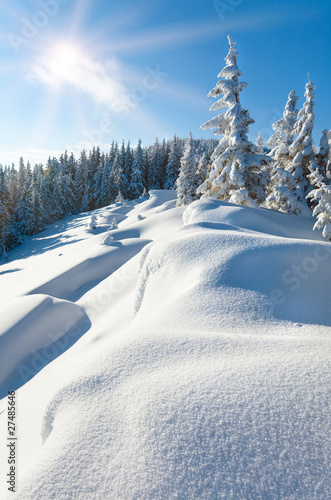Foto-Kuscheldecke premium - Snowdrifts on winter snow covered mountainside and sun (von wildman)