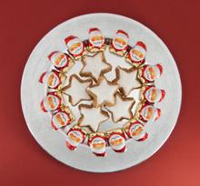 Kreis Aus Schoko-Weihnachtsmänner Mit Zimtsternen