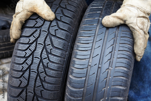 Fotografia, Obraz  changing from summer to winter tires 02