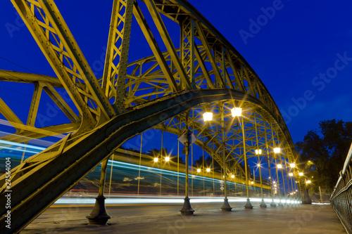 nocny-ruch-przez-most