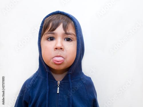 bambino facendo la linguaccia Fototapet
