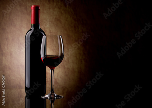 Fotobehang Wijn bottle with red wine and glass and grapes