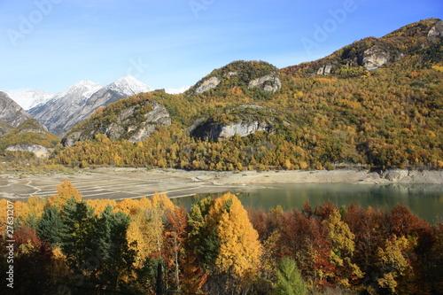 Foto auf Gartenposter Reflexion Otoño en el embalse de Bubal, Valle de Tena, Pirineos