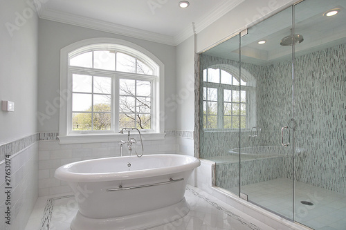 Valokuva  Master bath with large shower
