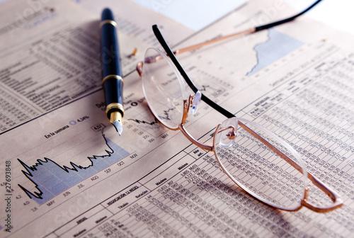 Fotografía  fondo de negocios con graficos,gafas y pluma