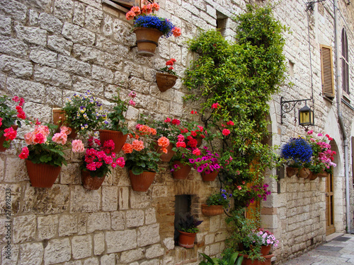 kolorowi-kwiaty-futrowka-sredniowieczna-kamienna-sciana-w-wlochy