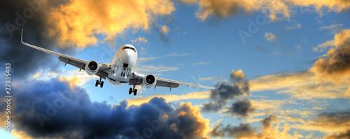 Türaufkleber Flugzeug Panorama of airplane in sunset sky