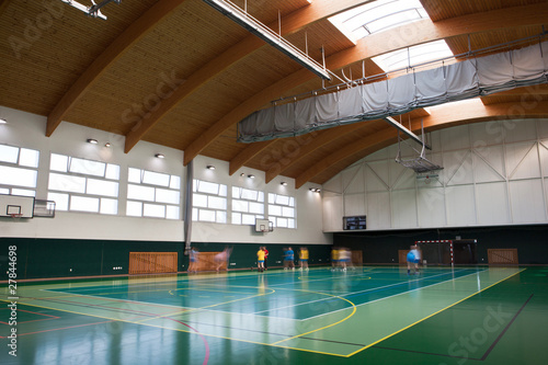 Fotografia  interior of a modern multifunctional gymnasium with young people